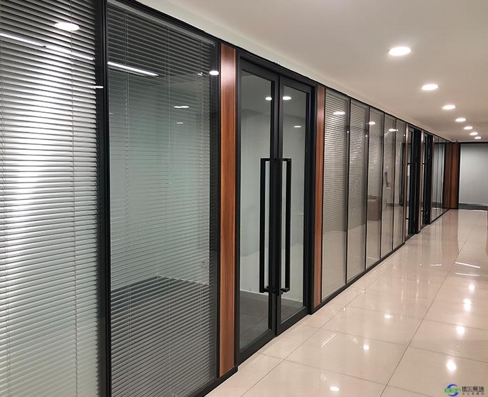 办公室玻璃墙隔断应该怎样安装