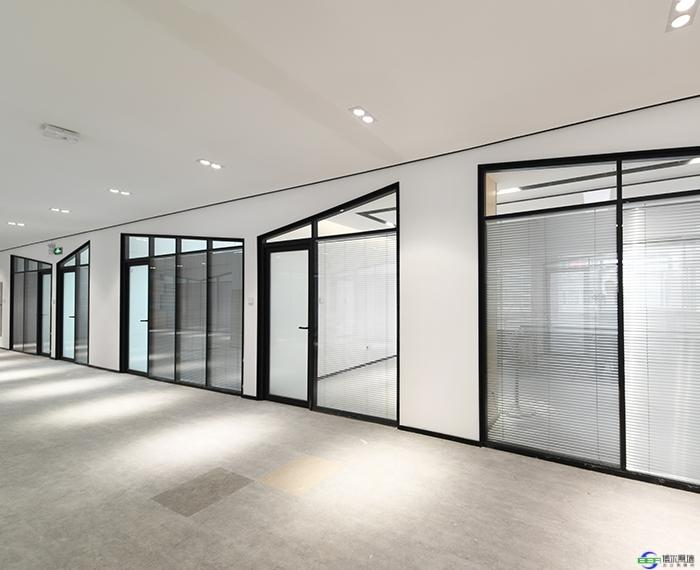 上海办公玻璃隔断之双玻百叶隔断施工