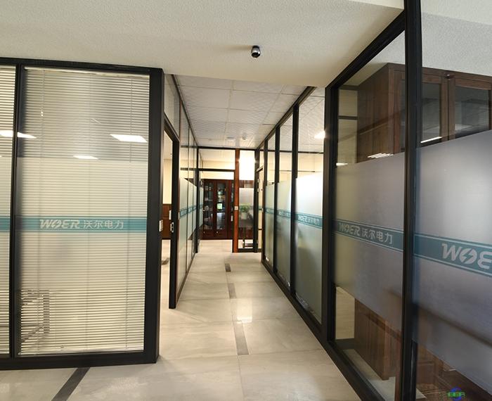 办公室装修中玻璃隔断是不可缺少的