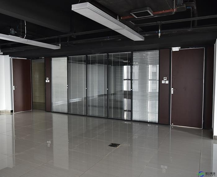 在办公室装修玻璃隔断时隔断需要到顶吗