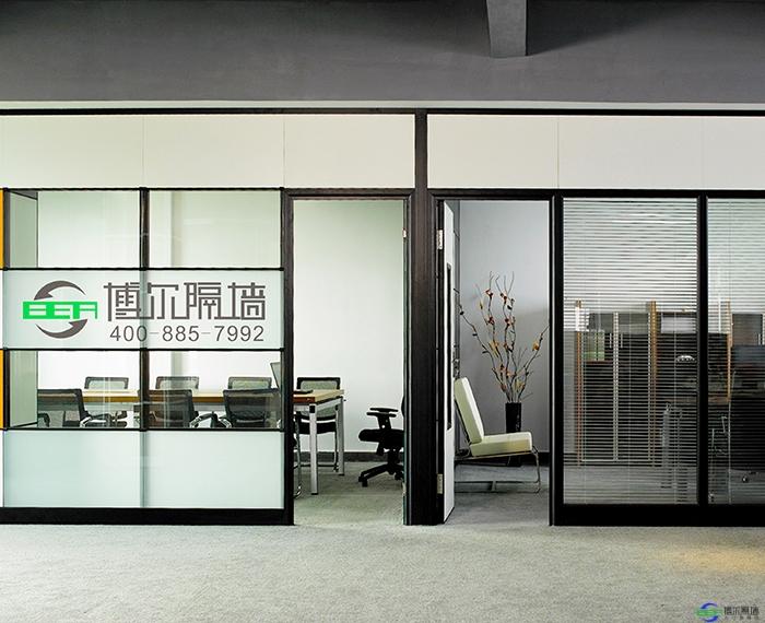 办公室玻璃隔断的优势都有什么