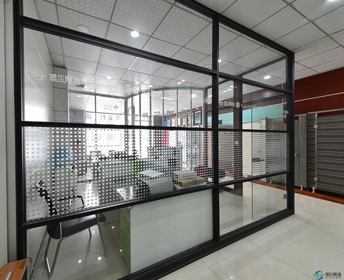 经济实用的现代化工作区的办公玻璃隔断