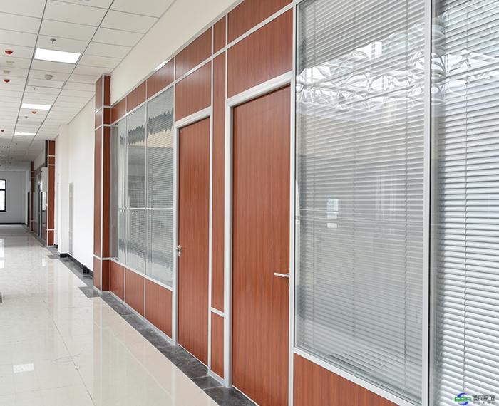 钢化玻璃隔断墙_钢化玻璃隔断墙安装方法都有哪些_办公高隔间_办公室玻璃隔断墙 ...